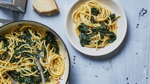 spaghetti-aglio-e-olio-with-lots-of-kale